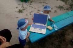 Игрушечный ноутбук на улице 4