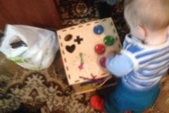 малыш с кубом